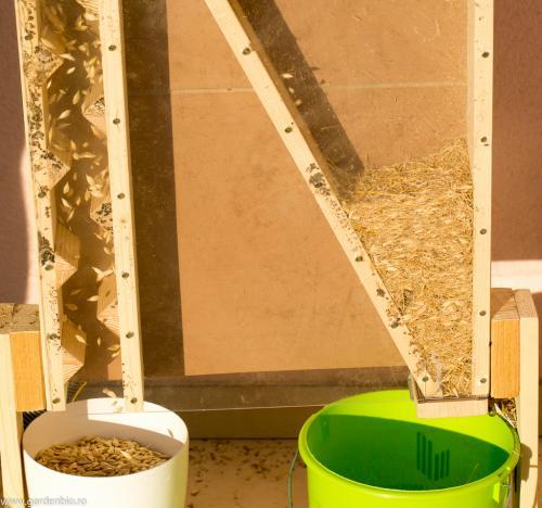 Ne-am confectionat o vanturatoare pentru seminte care ne ajuta la separarea semintelor de pleava.