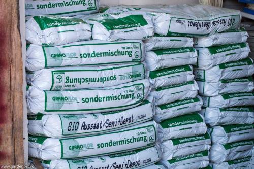 Desi este de două sau chiar trei ori mai scumpa decat turba conventionala, folosim pentru rasaduri numai turba ecologica  - Gramoflor, Germania